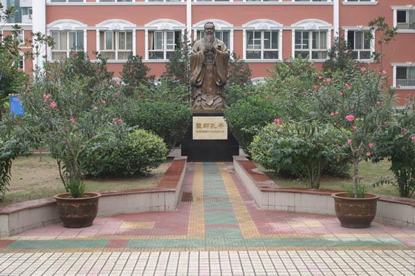 校内孔子像